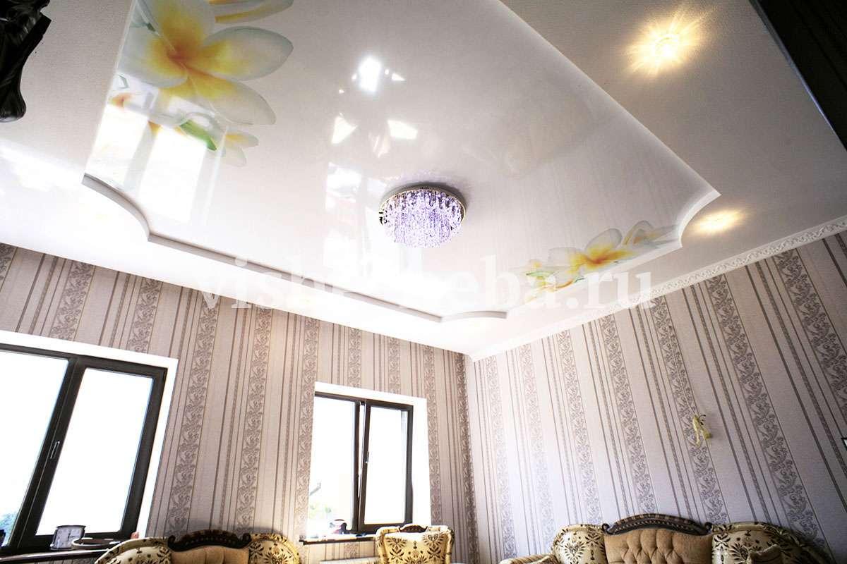 Фотопечать на бирюзовом фоне потолка достаточно снежинки